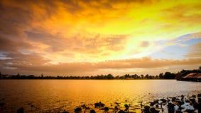 Por do sol com céu Imagem de Stock
