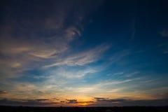 Por do sol com céu bonito Imagem de Stock