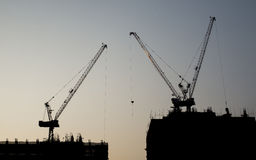 Por do sol com a construção civil Fotos de Stock Royalty Free