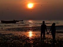 Por do sol com a fotografia do fundo dos pares Imagem de Stock Royalty Free