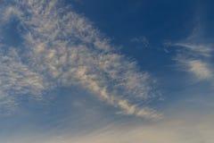Por do sol com fundo macio do fim da tarde do céu azul Amanhecer adiantado foto de stock