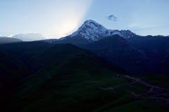 Por do sol com montagem Kazbek fotografia de stock royalty free