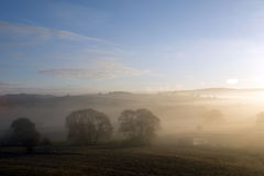 Por do sol com névoa Imagens de Stock
