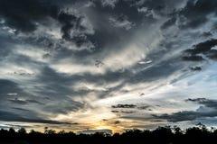 Por do sol com nebuloso Imagem de Stock