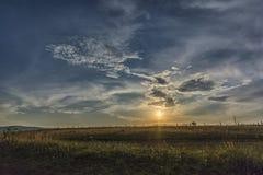 Por do sol com nuvens bonitas Imagens de Stock