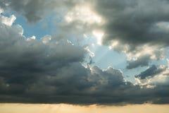 Por do sol com nuvens bonitas Fotos de Stock