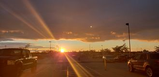 Por do sol com nuvens de tempestade fotos de stock royalty free