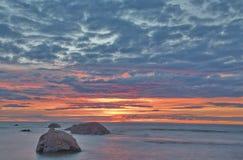 Por do sol com nuvens vermelhas imagens de stock royalty free