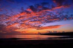 Por do sol com o céu bonito acima do mar Imagem de Stock Royalty Free