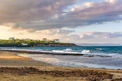 Por do sol com o céu dramático sobre a praia em Rafina, Grécia Imagens de Stock