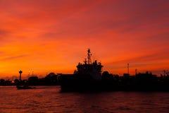 Por do sol com o navio de guerra no mar Imagens de Stock Royalty Free