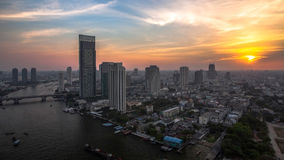 Por do sol com o rio, última luz de Banguecoque do dia imagens de stock
