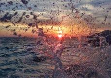 Por do sol com ondas Imagem de Stock Royalty Free