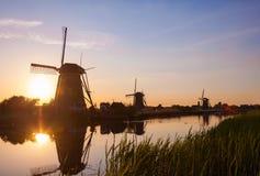 Por do sol com os moinhos de vento holandeses tradicionais em Kinderdijk Imagem de Stock Royalty Free