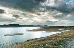 Por do sol com paisagem da represa Fotografia de Stock