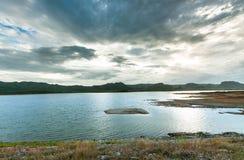 Por do sol com paisagem da represa Imagem de Stock