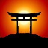 Por do sol com porta de japão Fotos de Stock Royalty Free