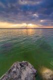 Por do sol com raios de luz Foto de Stock Royalty Free