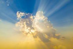 Por do sol com raios do sol Fotos de Stock Royalty Free