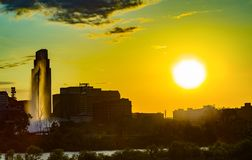 Por do sol com skyline bonita sobre sobre Omaha Nebraska do centro fotos de stock