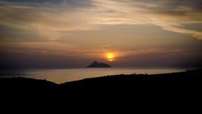 Por do sol com uma vista para a baía de Messara Fotografia de Stock Royalty Free