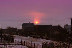 Por do sol cor-de-rosa bonito na vila Ajardine com por do sol e casas da vila no inverno Fotos de Stock Royalty Free