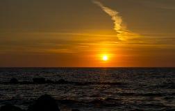 Por do sol cor-de-rosa e alaranjado brilhante no fundo do mar em Corfu imagens de stock royalty free