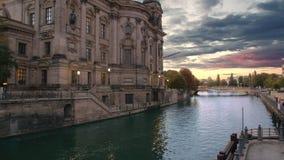Por do sol cor-de-rosa e nuvens, o rio perto de Berlin Cathedral Movimento lento vídeos de arquivo