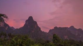 Por do sol cor-de-rosa na área tropical Timelapse da montanha da pedra calcária Sok de Khao, Tailândia video estoque