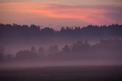 Por do sol cor-de-rosa na região de Kaluga, Rússia do verão imagens de stock