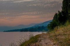 Por do sol cor-de-rosa no lago Imagem de Stock