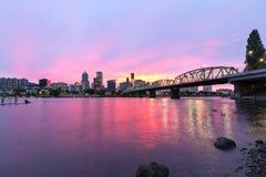 Por do sol cor-de-rosa sobre a skyline de Portland Oregon fotos de stock royalty free