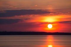 Por do sol cor-de-rosa vermelho fantástico no fundo de nuvens pretas U foto de stock royalty free