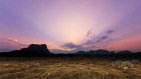 Por do sol crepuscular com cena da palha e da rocha fotos de stock