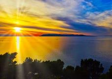 Por do sol croata sobre o mar de adriático - Makarska, Croácia imagem de stock