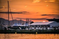 Por do sol do croisette do la de Cannes foto de stock
