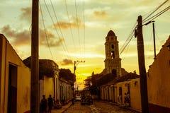 Por do sol cubano da rua com o oldtimer em Trinidad, Cuba Fotos de Stock
