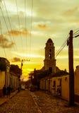 Por do sol cubano da rua com o oldtimer em Trinidad, Cuba Foto de Stock Royalty Free