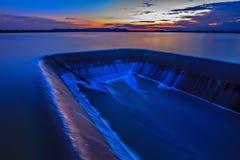 Por do sol da água da represa liso Imagem de Stock Royalty Free