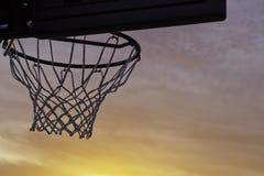 Por do sol da aro de basquetebol Imagem de Stock