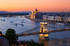 Por do sol da arquitetura da cidade de Budapest com construção da ponte Chain e do parlamento Foto de Stock
