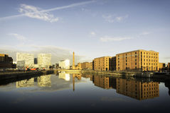 Por do sol da arquitetura da cidade de Liverpool - Albert Dock Fotos de Stock Royalty Free