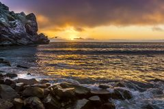 Por do sol da baía de Morro com gaivota imagens de stock