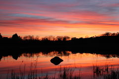 Por do sol da beira do lago Fotografia de Stock Royalty Free