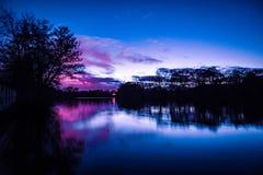 Por do sol da beira do lago, lagos Earlswood fotos de stock