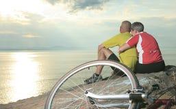 Por do sol da bicicleta dos pares Fotografia de Stock