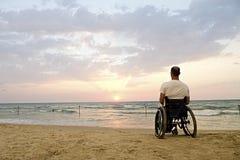 Por do sol da cadeira de rodas foto de stock