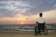 Por do sol da cadeira de rodas fotografia de stock royalty free