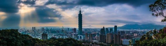 Por do sol da cidade de Taipei, Taiwan fotos de stock royalty free