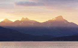 Por do sol da epopeia nos fjords noruegueses do norte altos Fotografia de Stock